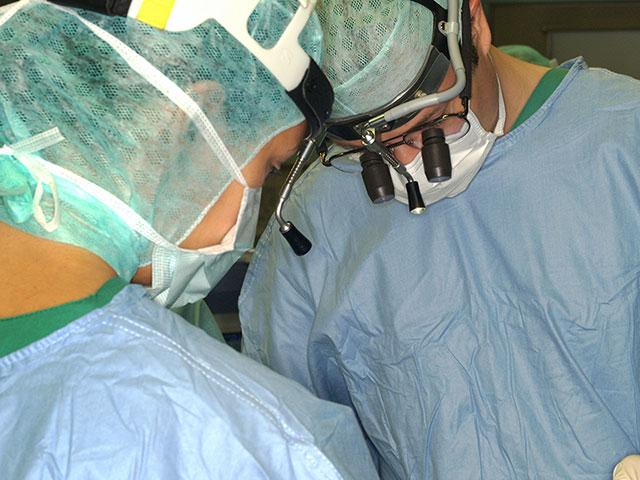 Prof. Gassner operiert