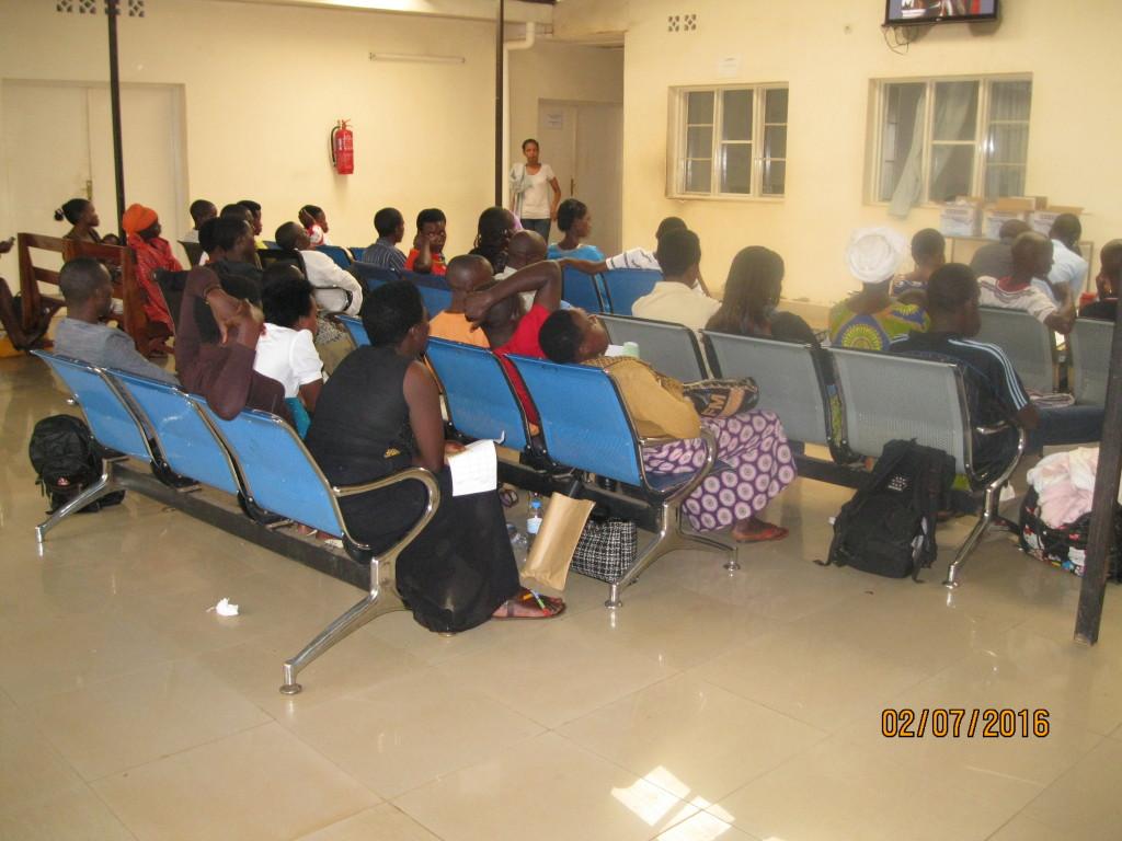 Wartende Patienten in Rwanda 2016