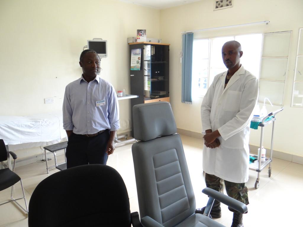 Behandlungszimmer mit zwei Ärzten in Rwanda 2016