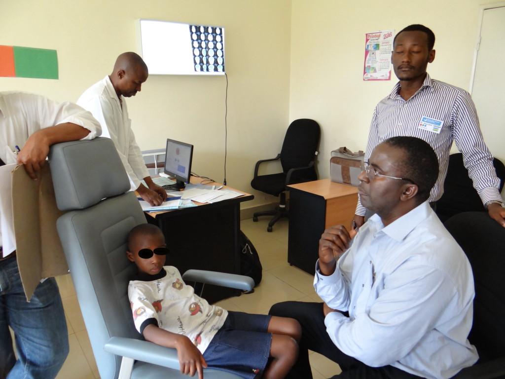 Wartender Patienten (Prof. Gassner in Rwanda 2016)