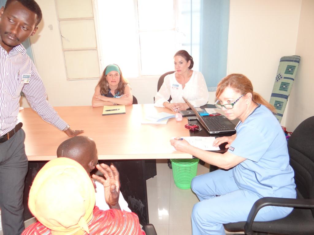 Besprechung mit Patient in Rwanda 2016